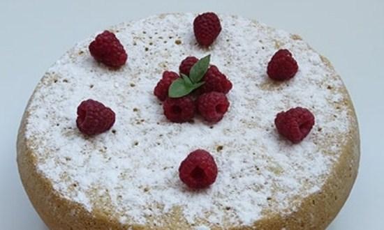 посыпать ягодой и сахарной пудрой
