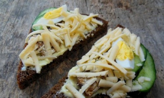 разложить яйца и сыр