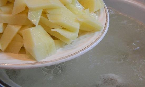 добавить картошку в бульон
