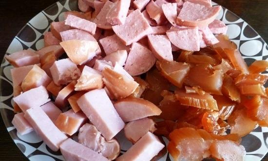 нарезать колбасу, ветчину, грудку