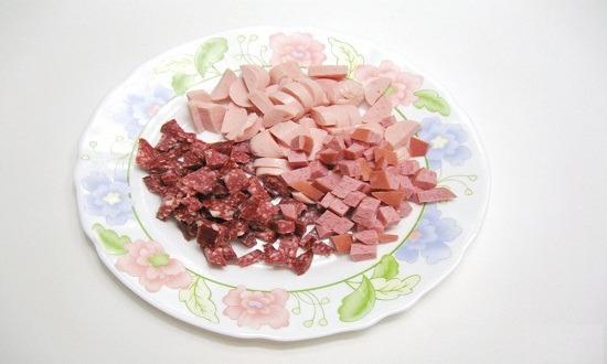 нарезать колбасу, сосиски