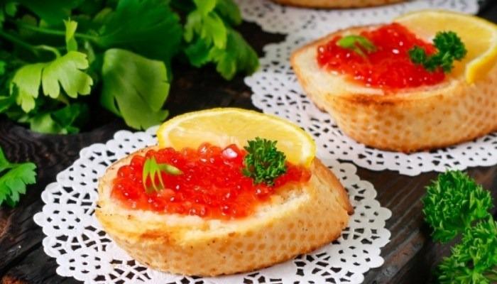 Классические бутерброды с красной икрой