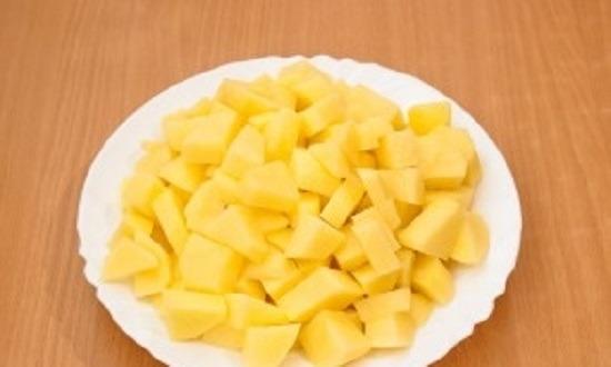 чистим, режем картофель