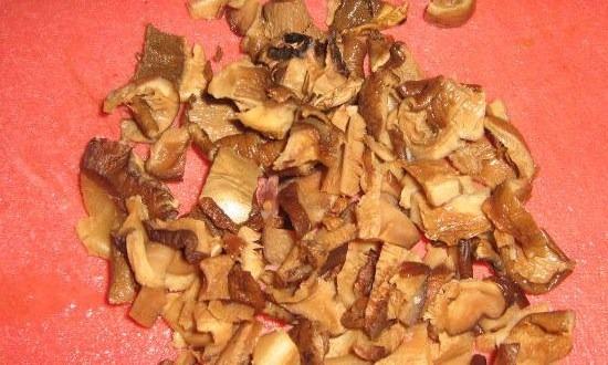 нарезать грибы кубиками