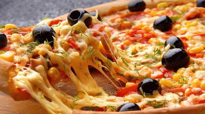 Пицца с колбасой, помидорами и солёным огурцом