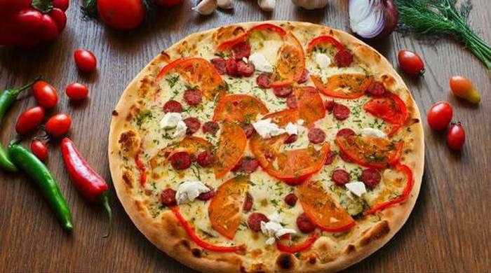 Пицца с колбасой и перцем