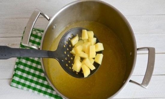 выложить очищенный, нарезанный на небольшие кубики картофель