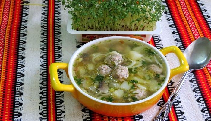 суп с фрикадельками, вермишелью и грибами
