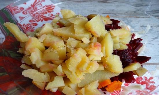 нарезать кубиками картошку