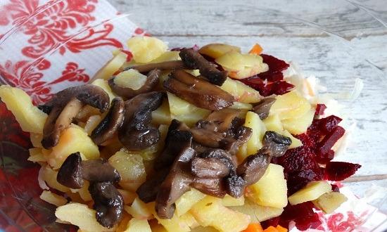добавить грибы в салат
