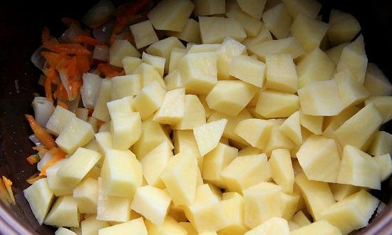добавить измельченный картофель