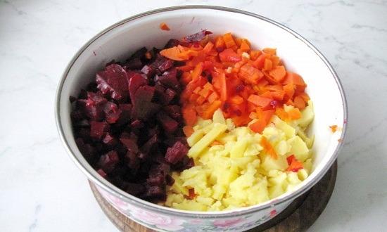 нарезать отварные овощи