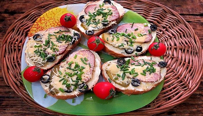 Оригинальные и простые рецепты приготовления горячих бутербродов в духовке с пошаговым описанием