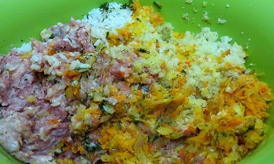 смешать фарш с яйцами, капустой, рисом, сливочным маслом, овощами