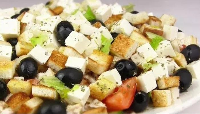 Греческий салат с курицей и сухариками, приготовленный по классическим рецептам
