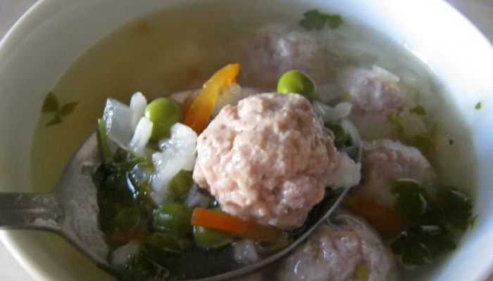 Суп с фрикадельками и зелёным горошком