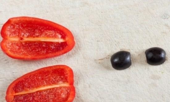 нарезать маслины и перец