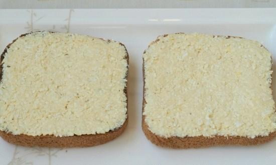 намазать смесью хлеб