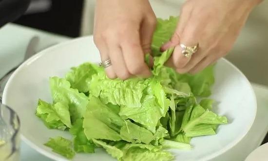 рвём листья салата руками