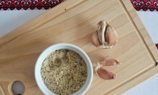измельчить грецкие орехи и чеснок