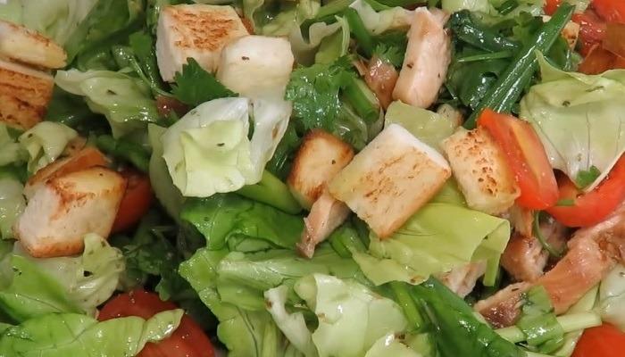 Греческий салат с курицей, сухариками и заправкой