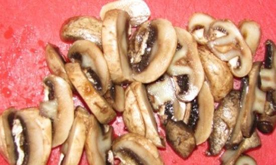 грибы хорошо промыть под водой, нарезать на средние пласты