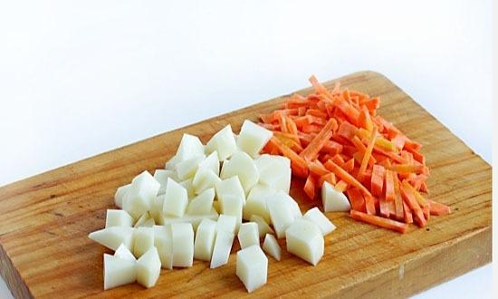 нарезать картофель маленькими кубиками, морковь - соломкой
