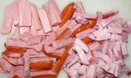 Нарезать на бруски ветчину, сосиски на мелкие кубики, полоски