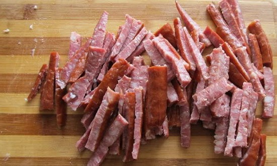 Копченую колбасу порежьте также
