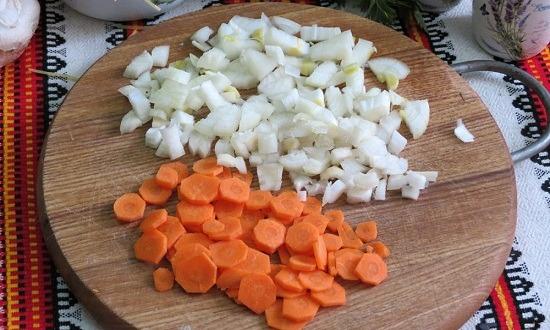 очистить, нарезать лук, морковь, обжарить