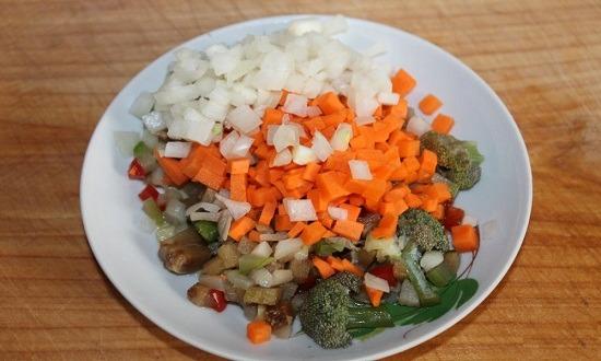 нарезать лук, морковь, смешать с овощной смесью