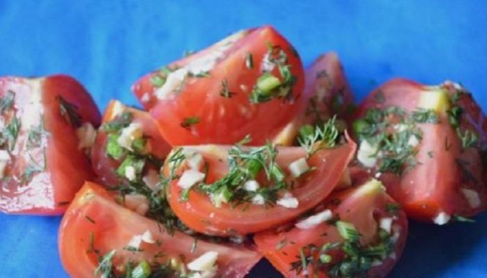 Малосольные помидоры с чесноком и зеленью дольками