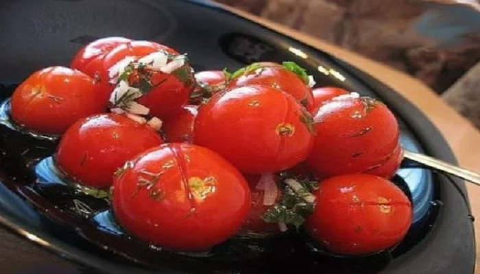 Малосольные помидоры с чесноком и зеленью в кастрюле