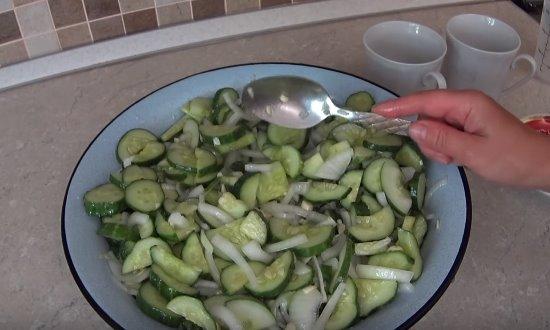 Соединяем овощи, добавляем соль, сахар, масло