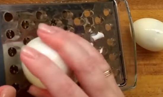 Яйца натереть на крупной тёрке