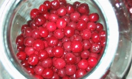 положить ягоду в банку