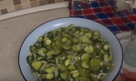 салат из огурцов в миске