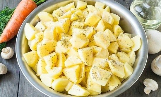 очистить и нарезать картошку