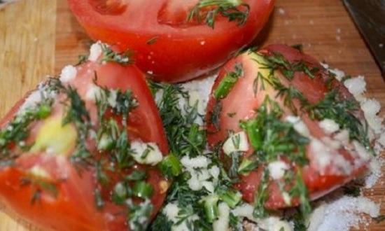 засыпаем смесью помидоры