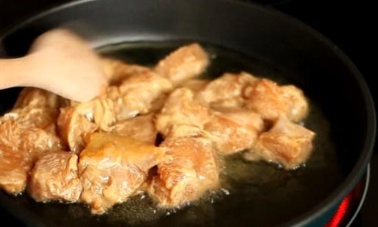 обжарить куски мяса