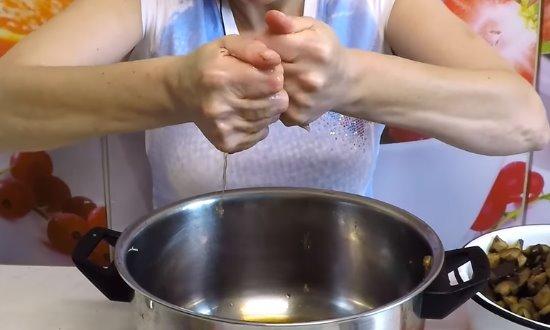 Отжимаем баклажаны