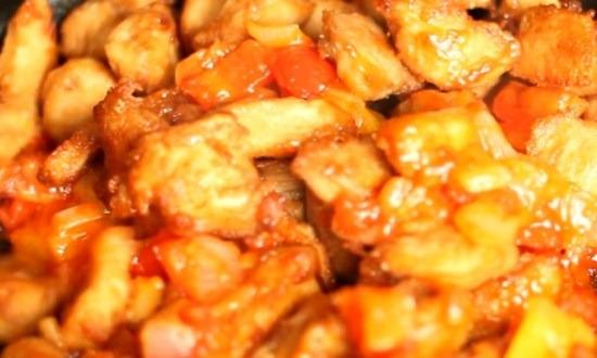 соединить овощную обжарку с мясом