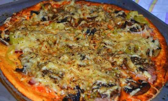 Пицца с ветчиной и грибами готова