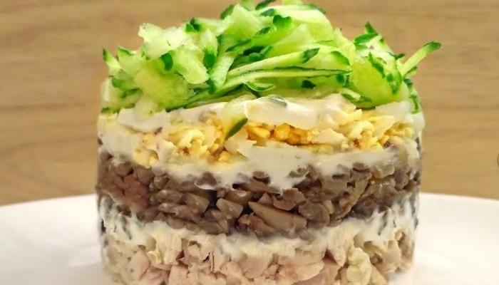 Салат из копчёной куриной грудки и шампиньонов