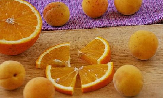 нарезать сегментами апельсин