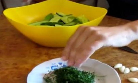 подготовить укроп и чеснок