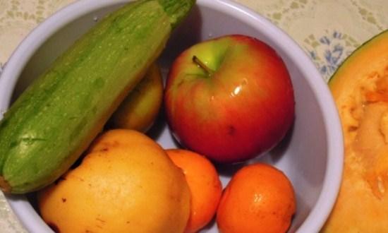 промойте и нарежьте овощи и фрукты
