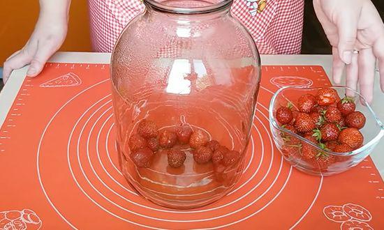 Заполняем банки ягодой