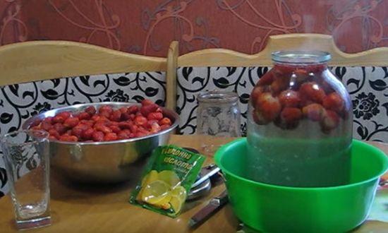 Раскладываем ягоду по банкам