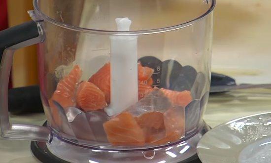 Измельчим рыбу с луком